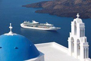 Splendor of the Seas in Santorini (Bild Royal Carribean)