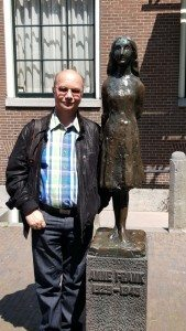 Kreuzfahrt-Blogger Hans Stieger mit der Anne Frank Statue in Amsterdam