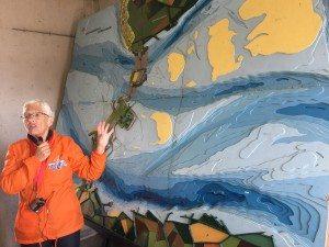 Unsere Reiseleiterin erzählt die Geschichte der Delta-Wasserwehr (Bild Stieger)