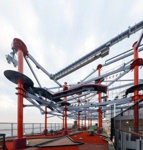 Das Sportsdeck auf der Norwegian Escape mit dem riesigen Aqua Park