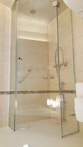 Schönes, gepflegtes Badezimmer mit Dusche auf der Excellence Princess