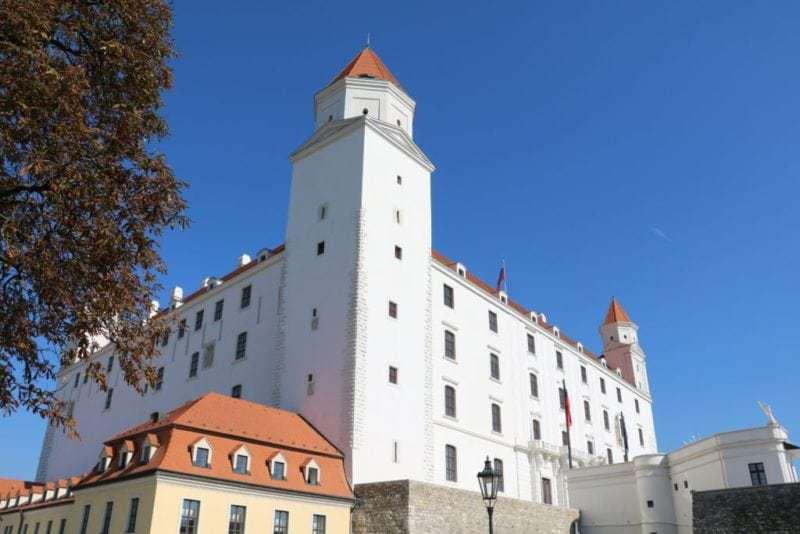 Die Burg, die hoch über der Stadt auf einem Hügel thront, ist das dominierende Wahrzeichen Bratislavas (Bild Stieger)