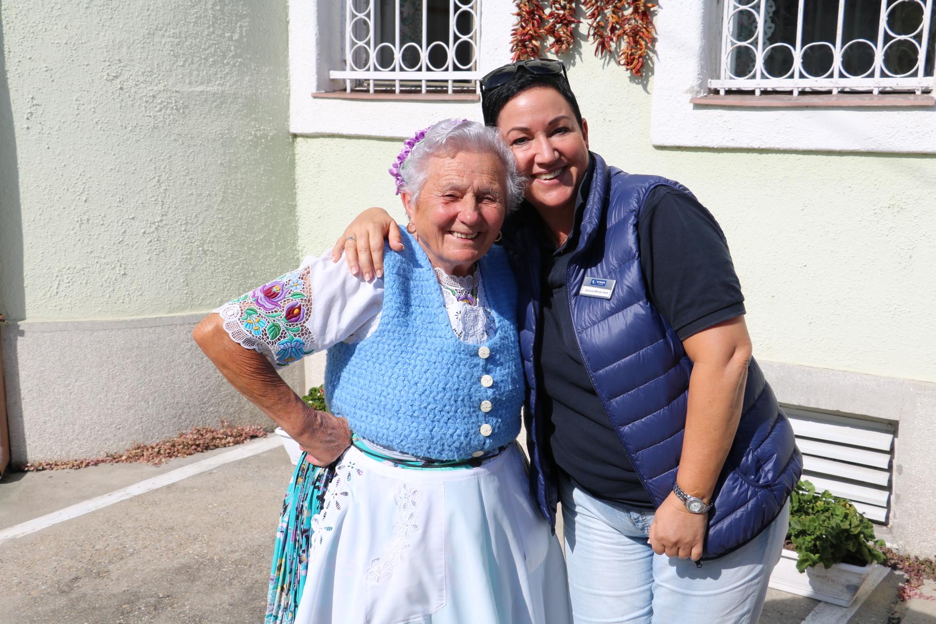 Kreuzfahrtdirekton Simone Weidensee (rechts) mit der 81-jährigem Hüterin über das Paprika