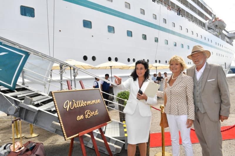 Hanna Liebhold (Barbara Wussow, l.) heißt das Ehepaar Heinz (Michael Gwisdek, r.) und Marlene Kolatschek (Uschi Glas, m.) an Bord willkommen (Foto ZDF - Dirk Bartling)