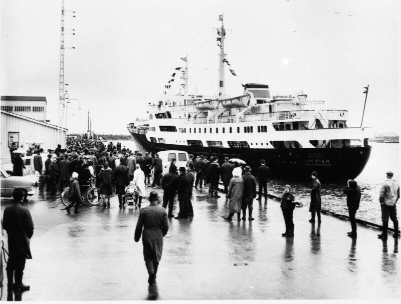Ankunft der MS Lofoten in Bodø, Norwegen am 8. März 1964, während der Jungfernfahrt entlang der norwegischen Küste (Foto Hurtigruten)