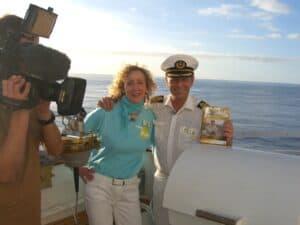 Kiona übergibt ihren 6. Kreuzfahrt Roman an Kapitän Morten Hansen