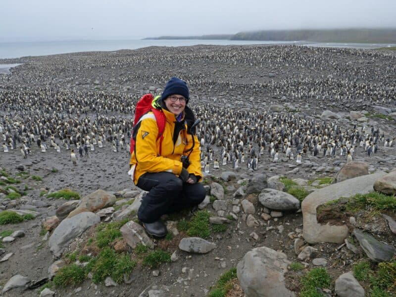 Ein wohl unbeschreibliches und unvergessliches Erlebnis: Sandra Walser inmitten Tausender Pinguine in der St. Andrews Bay - Südgeorgien (Foto Jamie Watts)